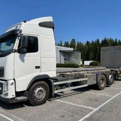 camion-chasis-con-liftgate-volvo-fh-13-6x2-segunda-mano (1)